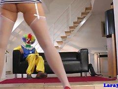 Olgun çoraplı bayan binmek palyaço horoz