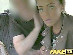 FakeTaxi - Brunettes avec des tatouages et pénétrant