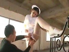 L'infirmière japonaise souriante obtient son trou de miel battu profondément