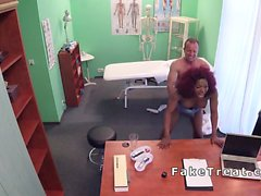 Redhead черного дерева трахается врача в его кабинете