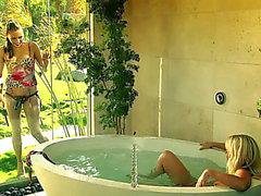 Hauskan näköinen Lesbo playgirl Getting ruuvattu hihna- sukupuolen työkalun kylpylät Tub