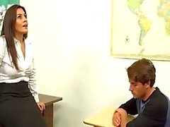 Milf leraar helpt out boy