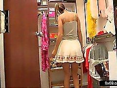 Adolescente encantadora en el vestido atractivo de y bragas blancas da Chubby
