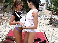 Tytöt imevät pussies hotellin puutarhassa