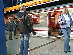 Giovane e un cazzo fin Coppia alla stazione di autobus