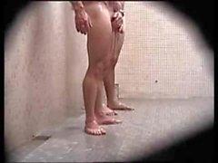 Душевая Spycam - парни бьющий вверх в в душ намыливал свои члены