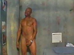 Человеку в тюрьме за то, что огромный член