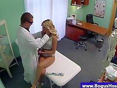 Los pacientes rubia de follado por un poste de los doctores