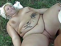 Lihavilla nainen vittuile ulkoilualueita ruuasta