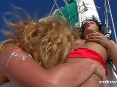 Лесбиянок Kathy Campbel с Люси Belle Введите и игрушки В то время на парусной яхте