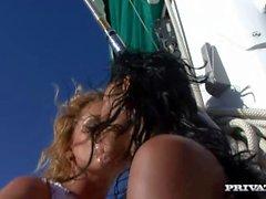 Lesbot Kathy Campbel ja Lucy Belle Käytä Lelut ja Samalla kun on Yacht