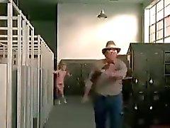 Giovani Donne Striscia di in Locker Room