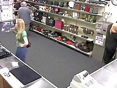 Propietario de la tienda consigue el sabor de la a una señora en el coño hojas verdes