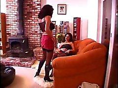 Brunette lesbische legt op bank en vriendin likt haar pussy
