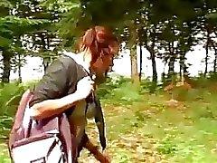 A estudante pechugón é parafusada na floresta