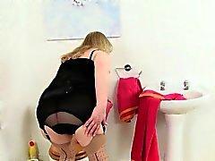 Vovó inglês de Elaine foder vibrador no toalete
