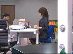 Офисная бимбо, Маки Ходжо, играет с ее фанни