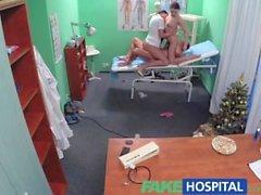 Поддельный больница Секси медицинская сестра присоединяется к врачу а также очиститель для сексе втроем