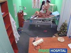 Vale sairaalassa Sexy sairaanhoitaja yhtyy lääkäri ja puhdistimen kolmen kimppa
