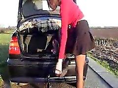 Сиззлинг шлюха вкладыши большой вещь неподалеку от ее автомобиле