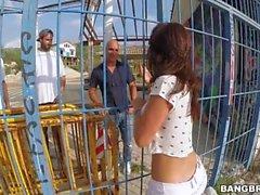 Franceska Jaimes arroja a chorros al aire libre