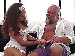 Latin Melody Petite anseiam por um velho pau na boca e vagina