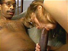 Rondborstige brunette houdt van zijn grote zwarte pik en deelt met een vriend
