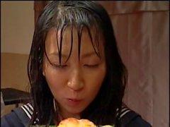 Doting Asian Cowgirl in Uniform genießt Mutter gebutterte Snacks nach einer bukkake Partei