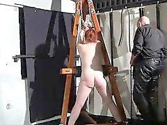 Tina Trapped et punis dans une de Donjon
