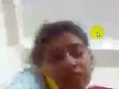 Bangladeshi девочки Свити показывает сиськи и киску по Скайпу