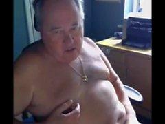 abuelo jugar en webcam