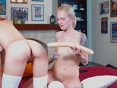 Esposas disfrutando de poner cosas en su culo
