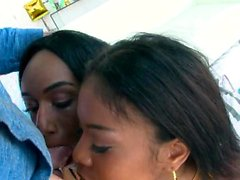 Nia et Ashley deepthroat un coq blanc