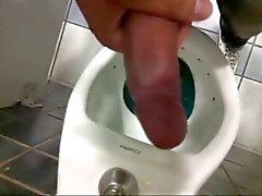 Guys wanking en toillete pública brasileña