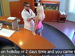 FakeHospital parfaite bandante blonde se fait a sondé et le squirts