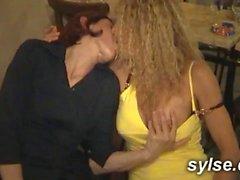 les istemciler sexshop du baisent 3 MILFs, restau au 2 autres