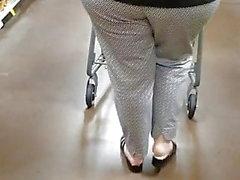 Aikuinen nainen, jolla on mukava aasi supermarketissa