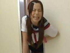 Japanische Schulmädchen gefangen auf Aufzug 2