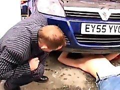 Old jungen Homosexuell verdammtes Schrauben in der Garage