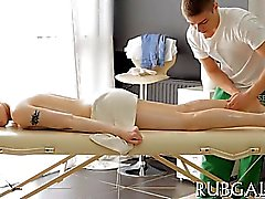 Clube para adolescentes atractiva é uma porcaria do ramrod da equi durante a massagem