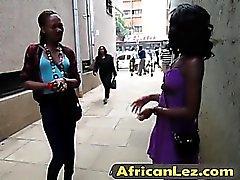 Afrikkalainen lapsonen joilla luonnonvaraiset lesbo sukupuoleen kylpyhuoneen