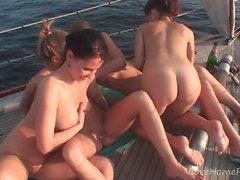 Горячие пупсики знают, как устраивать вечеринку во время плавания