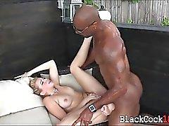 Блондинка куриных любит массивный черный член трахать ее открытом воздухе