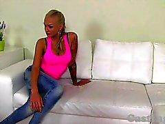 ЛИТЬЯ - Возбужденный Blonde любительские высасывает и ебать