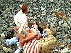 Coppie che hanno sesso del hardcore in spiaggia