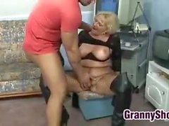 Eccitati della nonna in calze a rete