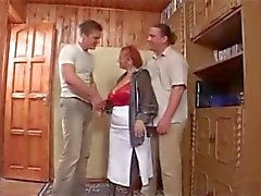 Grannyen och två unga män - 4