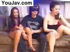 Şanslı Çinli Adam Siyahta 2 Japon / Koreli kız çuvallıyor