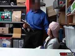 Amateur Ladendieb teen busted und dann von Sicherheit gefickt