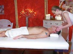 Cuartos de masaje Creampie masivo para las extremidades naturales jugosas del extremo del tope adolescente